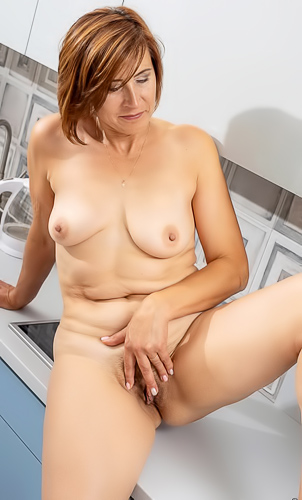 Stunning Eleanor bares her mature body and pussy
